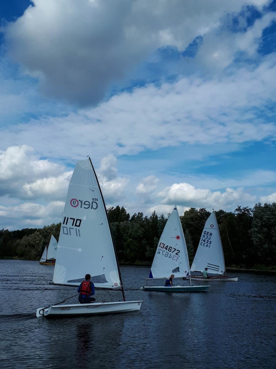 Einmannboote im Wettkampf