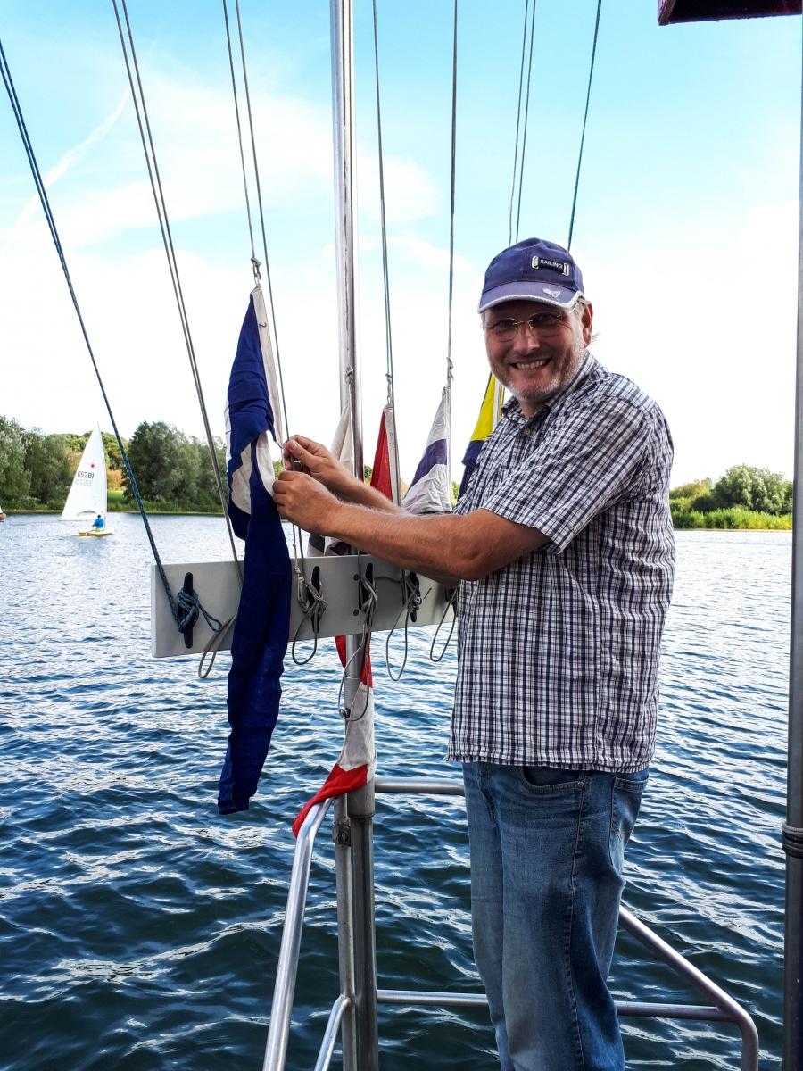 Thorsten hießt fleißig Flaggen am Startboot