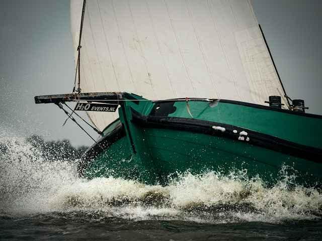 In Friesland ist Segeln ein Volkssport. Viele Boote sind unterwegs - auch einige traditonelle Plattbodenschiffe