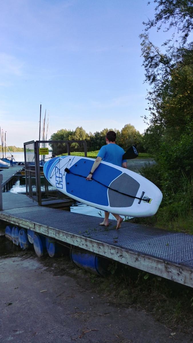 Der Weg zum Wasser ist mit dem leichten Board schnell und einfach.